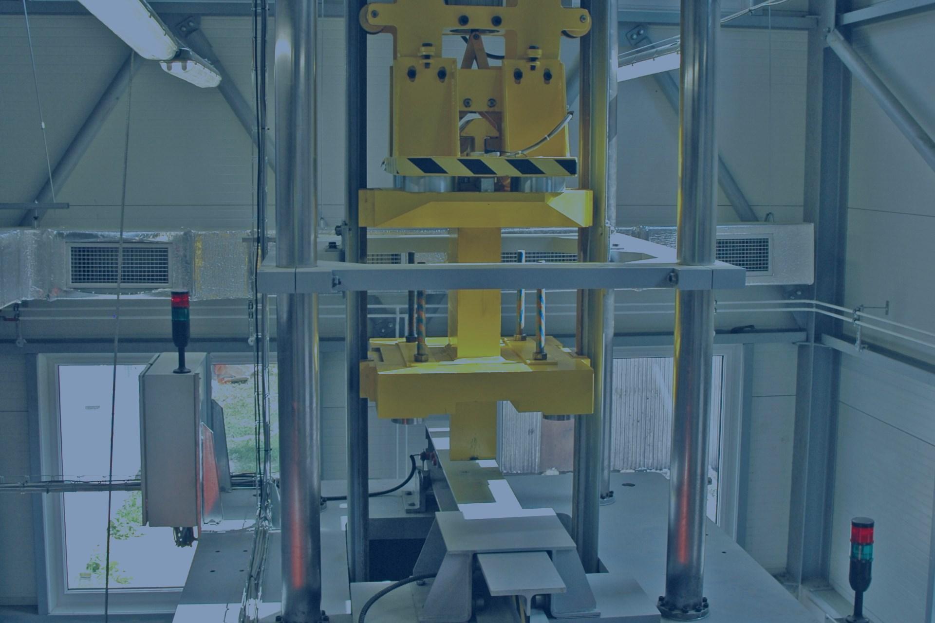 Zzkušební padostroj pro přeražení materiálového vzorku